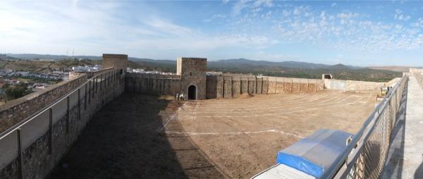 Patio del Castillo de El Real de la Jara. Visita de obra 01. Replanteo.